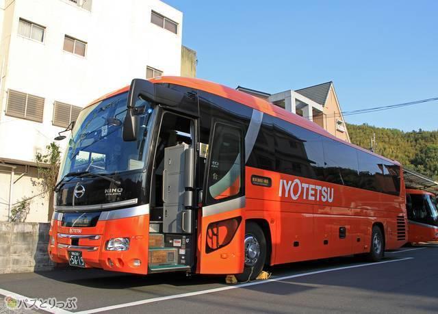 八幡浜にて待機中の伊予鉄バス「オレンジライナーえひめ」
