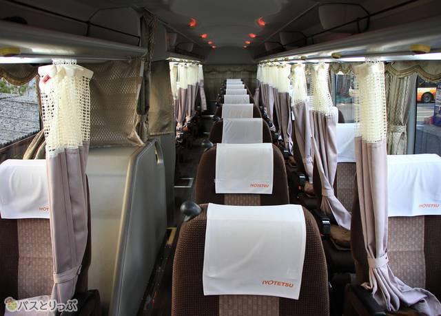 伊予鉄バス「オレンジライナーえひめ」の車内。幅広の3列シートが並ぶ