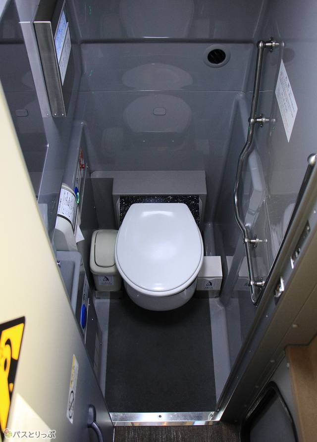 車内中央部にはトイレを完備