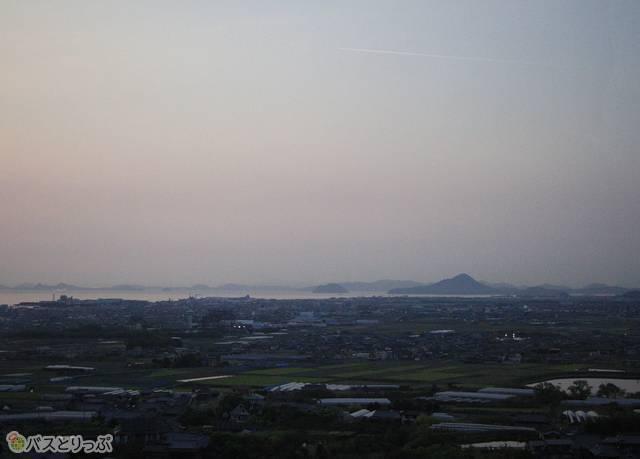 夕暮れの瀬戸内の風景を眺めながら松山市内へ