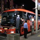 松山市駅にて乗車改札中の「オレンジライナーえひめ」