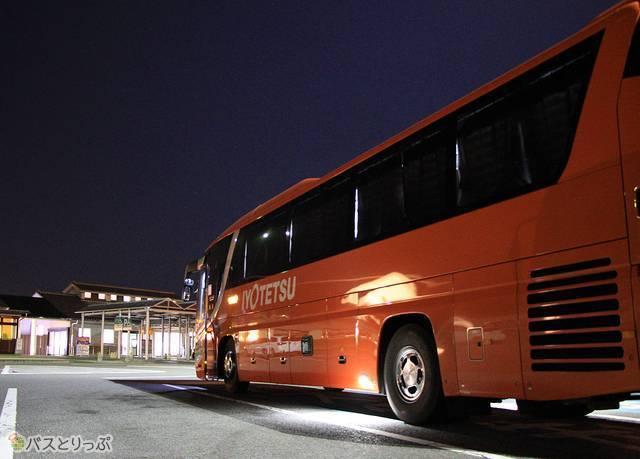 石鎚山サービスエリアに停車中の「オレンジライナーえひめ」