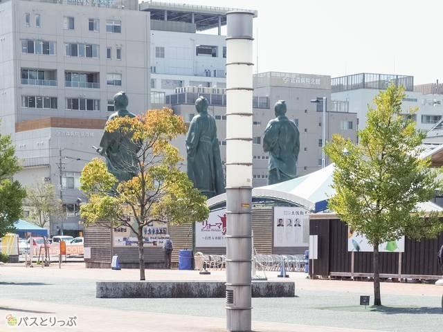 高知駅南口から見た偉人像の背中