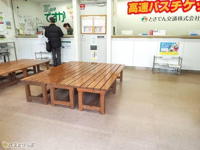 はりまや橋高速バス停留所の待合室