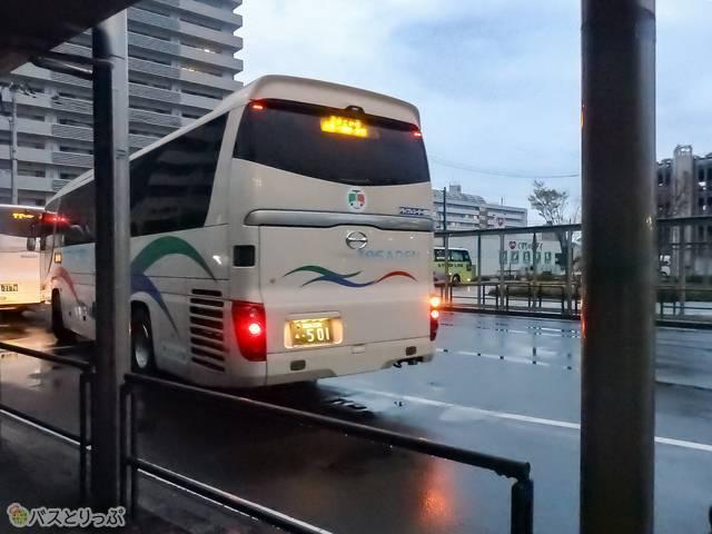 高知駅BTを発車する「よさこい号」