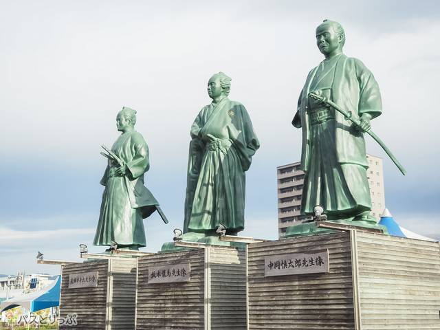 高知駅にある偉人たちの銅像