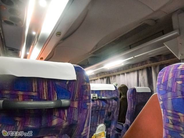 座席上の荷物置き場も広々