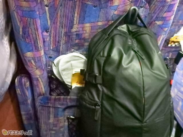 小さい荷物は座席背面のフックに掛けてもOK