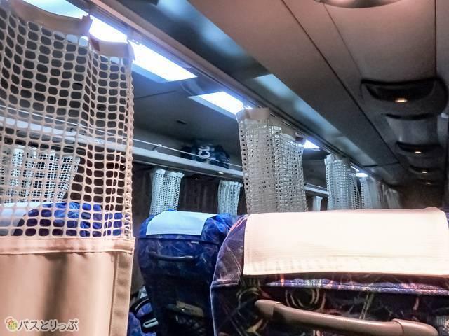窓際席と中央席の間のカーテン