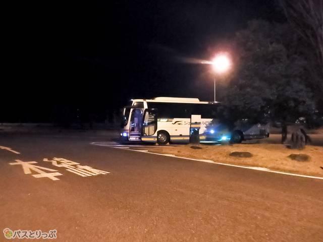SA停車中のバス