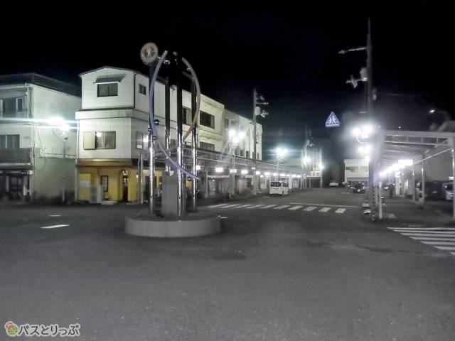 駅を出て道路左側を直進する