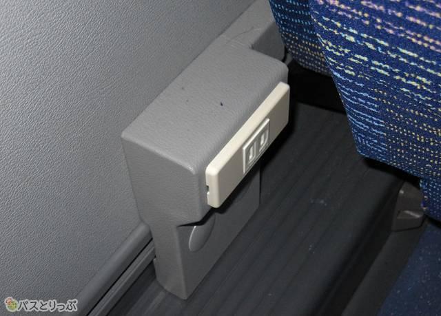 各座席に設置されているコンセント