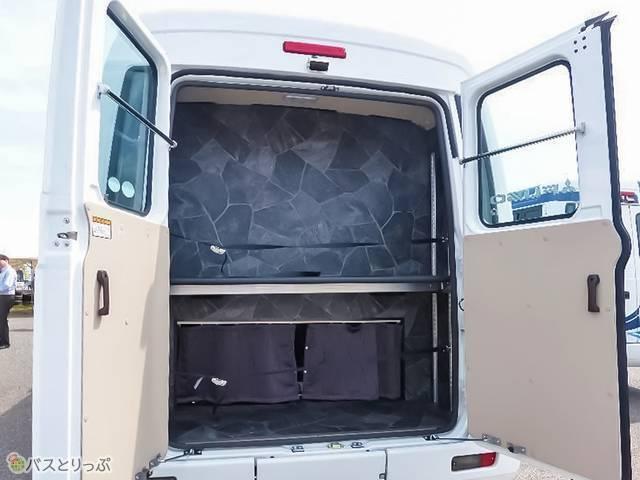 後部トランクの中間棚は、手動で上下可能。荷物に応じて変えられるので便利