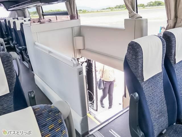 バス内部の様子、エレベーターが下へついたところ。バス内部からの落下防止ガードあり