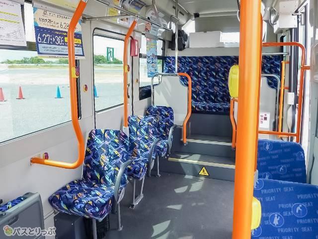 バス内部。小柄ながら装備は普通の路線バスとほぼ同じ