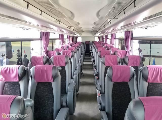ガーラ車内。グレーに赤紫の、プレミアム感のある空間