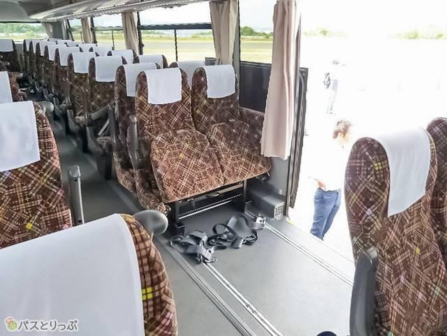 車内は車いす乗降のために広いスペースを開けることができる
