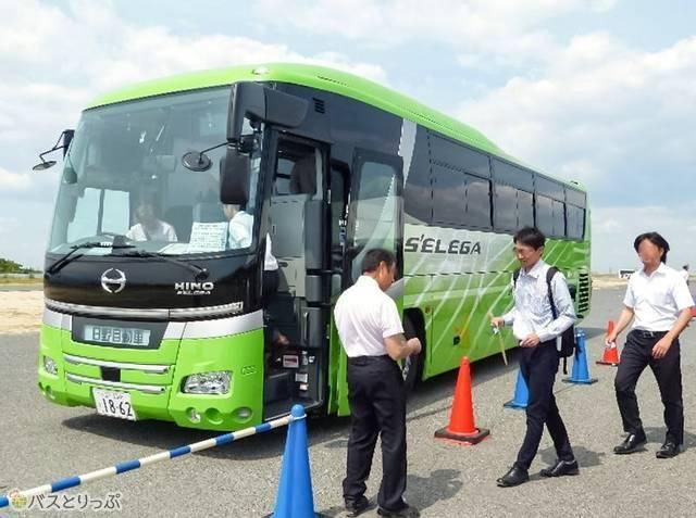 実演では実際にバスに乗車し、走行中に安全装置を作動させてその効果を体験