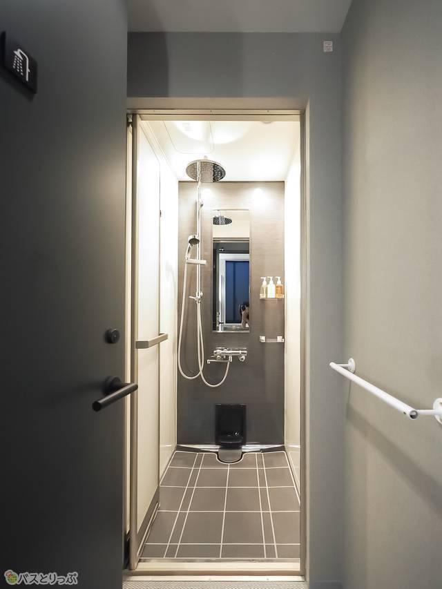 宿泊者も使うシャワーは各フロアに4つ。シャンプー、コンディショナー、ボディソープもある