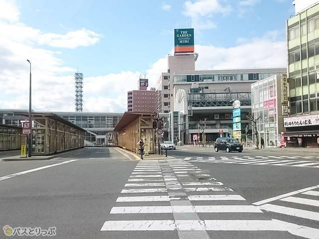 木造の「秋田駅西口BT」が見える