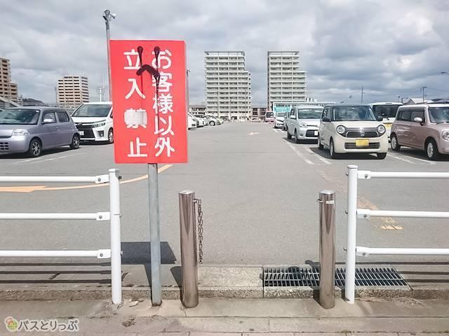 一般車駐車場を抜け「秋田駅東駐車場内バス停」へ