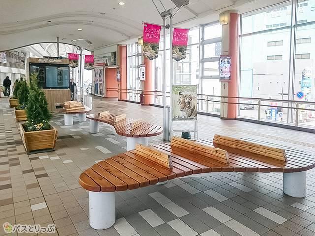 駅構内のベンチ
