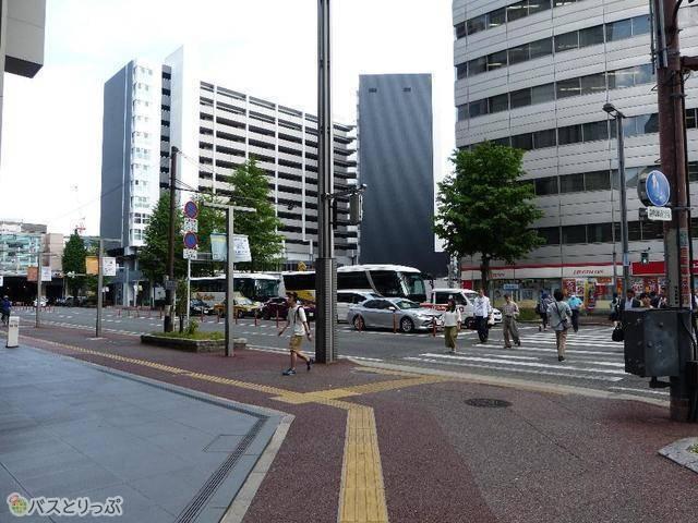 信号を渡ってドラッグストア前を左折。すぐ右前方の高い建物