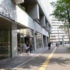 博多郵便局の隣、博多ビルの前を通り、次の信号「博多駅前三丁目」を渡る
