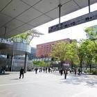 博多駅を博多口から出たところ。右手側にKITTEマルイ