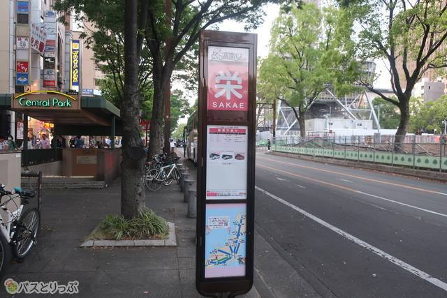 10Aを出たところから見た「さくら高速バス 栄 バス停」。テレビ塔がそばに見えます