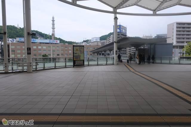 1階へ下りず、そのまま2階の通路を左、ぐるっと広島テレビの方向へ歩きます