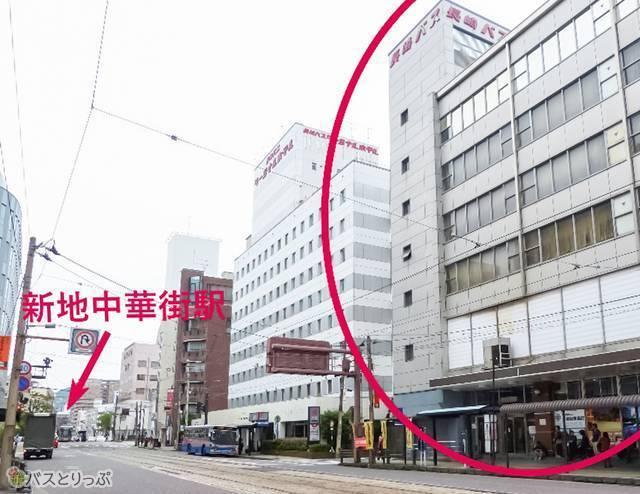 「新地中華街」駅から徒歩2分。ビルの裏手側に長崎中華街がある