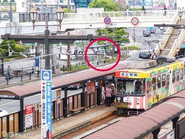 バス停並びには路線バスのバス停。向かいは路面電車「長崎駅前」駅