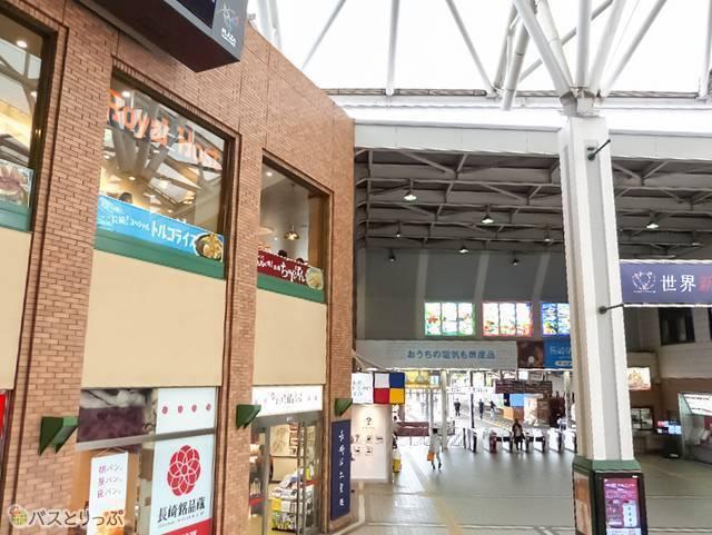 JR長崎駅前かもめ広場の2Fに窓が見える