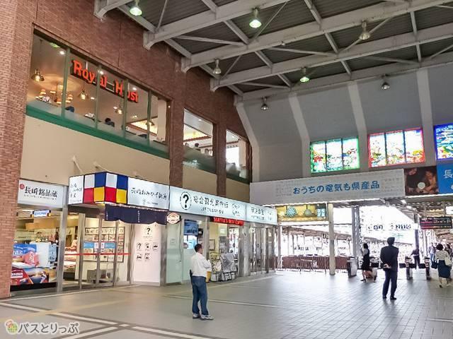 お店はJR長崎駅改札のすぐ隣
