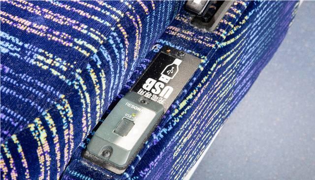 通路側席のUSBは肘掛けの下(画像提供:遠州鉄道)