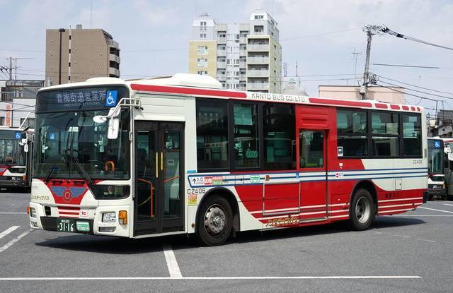 一般路線車の代表車から、三菱ふそうエアロスター。1950年代から続く白/赤のカラーリングと正面の翼を象った社紋は、都内のバスの中でもひときわ強い印象を与える