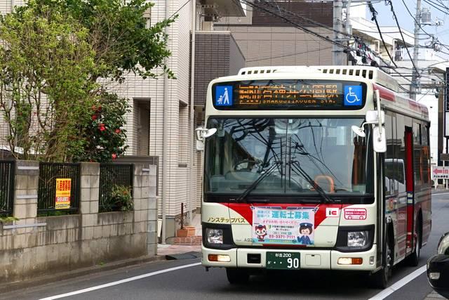 都区内の狭隘路を石神井公園駅に向かう中型バス