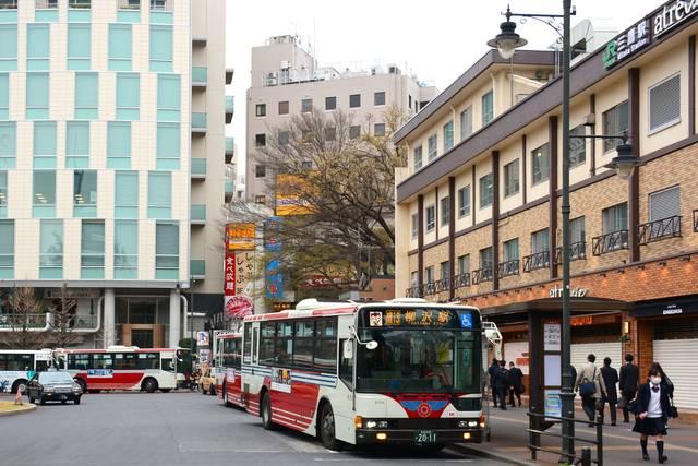 武蔵野地区の関東バスの拠点のひとつ、三鷹駅北口で