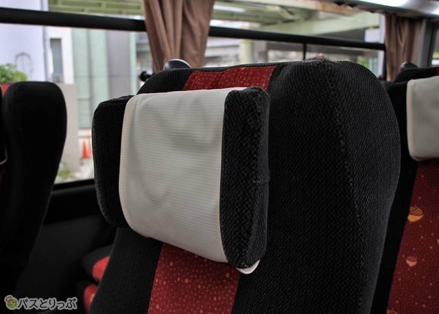 各座席には可動式枕も設置