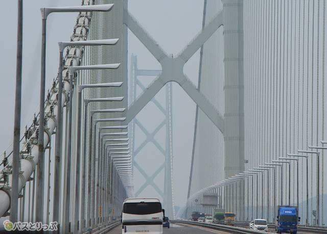 バスは明石海峡大橋へ