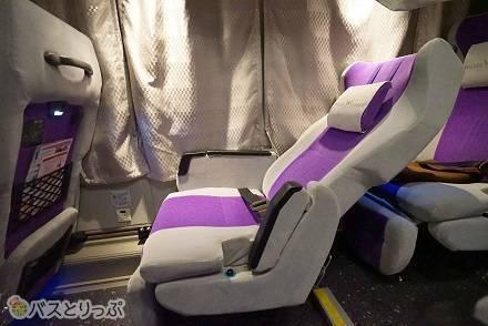 ウィラーエクスプレスの高速バス「コモド」は1車両にあたり8席限定! 3列独立シートの車内の様子や運行路線は?