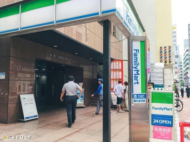 しばらく歩くとファミリーマートが見えます。その2、3階が東京VIPラウンジです!