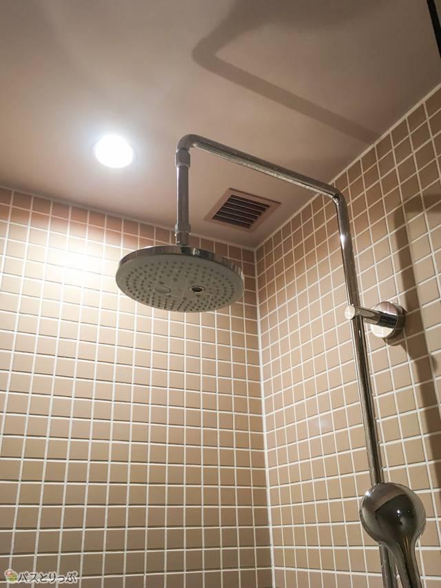 シャワーヘッドは2つ。オーバーヘッドシャワーを使えるのは嬉しい!