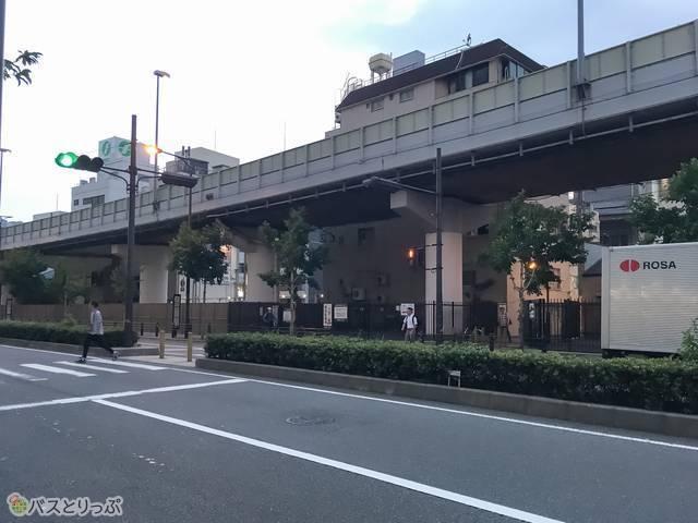ちなみにパークスタワー前から「難波パークス通りバス停」など高速バス乗り場が見えます