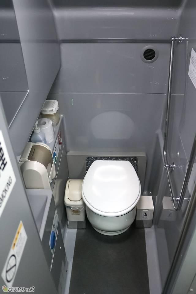 トイレの中はこぢんまりとしていますが清潔感があって◎