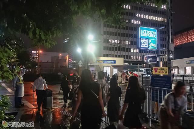 見てください、バス乗り場へ向かうこの人混みを