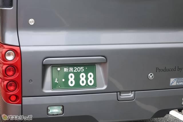 何気なくバスのプレートを見ると……「888」でした~
