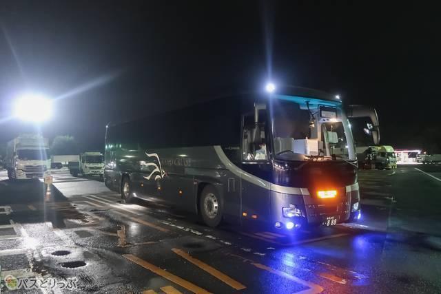 ガンメタリック色のバスが闇に潜んでいる感じがかっこいいです