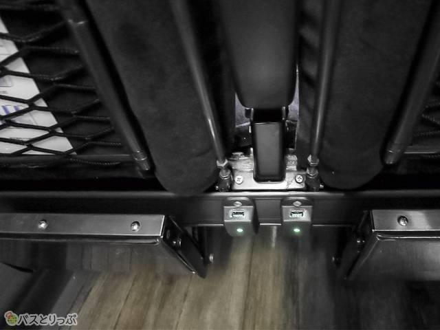 充電USBポートは前座席の下